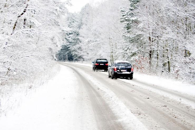 Jak bezpiecznie dotrzeć do celu podróży w zimowych warunkach?