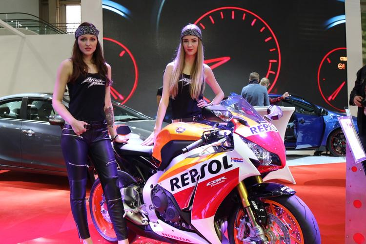 Dziewczyny na targach Motor Show Poznań 2016